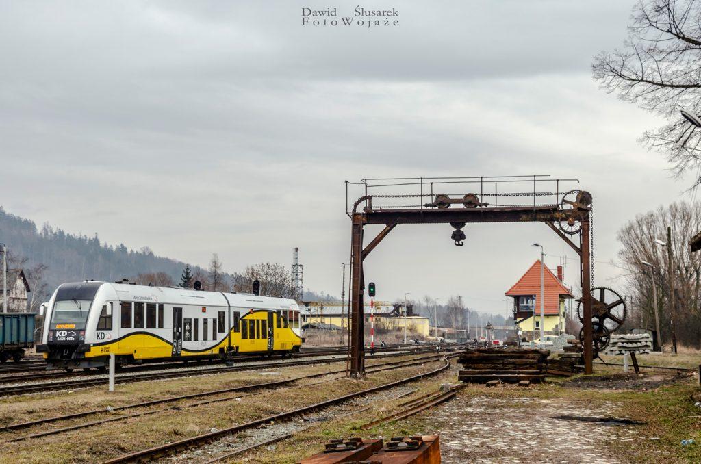 pociąg na stacji ścinawka średnia